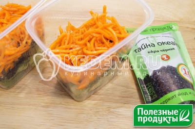 Выложить слой черной икры из морских водорослей «Тайна Океана» ТМ «Полезные Продукты» и слой корейской моркови. - Салат на природу «Остренький». Пошаговый кулинарный рецепт с фотографиями приготовления овощного салата с корейской морковью, начос и икрой из морских водорослей в майонезном соусе