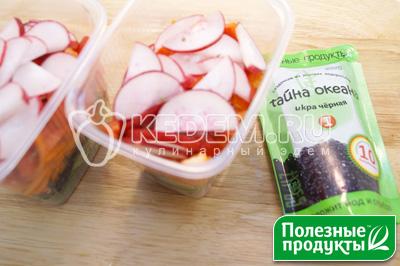 Добавить кубиками нарезанный болгарский перец и ломтиками нарезанный редис. - Салат на природу «Остренький». Пошаговый кулинарный рецепт с фотографиями приготовления овощного салата с корейской морковью, начос и икрой из морских водорослей в майонезном соусе