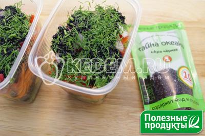 Выложить последним слоем икру и посыпать мелко нашинкованным укропом. Немного пролить оливкового масла, примерно по 2 ст. ложки в каждый контейнер. - Салат на природу «Остренький». Пошаговый кулинарный рецепт с фотографиями приготовления овощного салата с корейской морковью, начос и икрой из морских водорослей в майонезном соусе