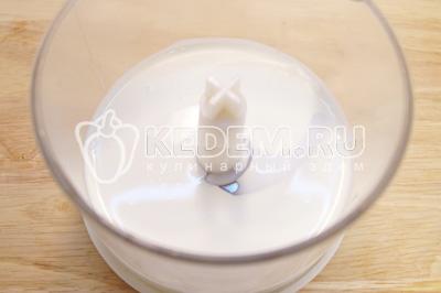 Густые сливки вылить в чашу блендера или миксера для взбивания