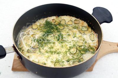 Залить кабачки яичной смесью готовить под крышкой 1-2 минуты. Посыпать рубленным укропом
