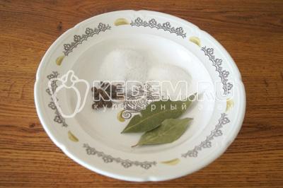 Приготовить душистый горошек, лавровый лист, соль и сахар. Из расчета 5-7 горошин, 2 лавровых листа, 1 ст. ложка соли и 1 ч. ложка сахара на 1 литр маринада
