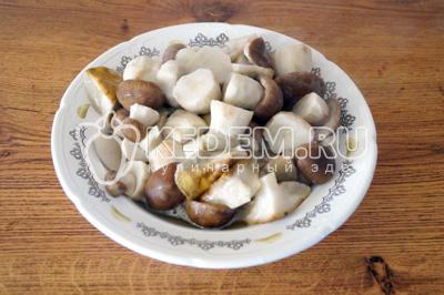 Отварные грибы откинуть на дуршлаг и немного остудить