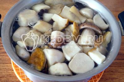 Добавить грибы и варить еще 10-15 минут