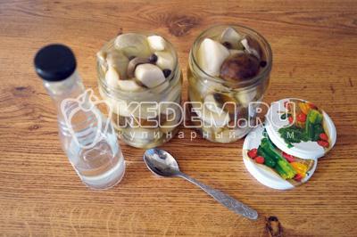 Разложить грибы по чистым баночкам и залить маринадом до верха. Добавить уксус по 1,5 ч. ложки на 0,5 баночку грибов