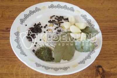 Приготовить специи, душистый горошек, гвоздику, лавровый лист, сушеный укроп и  очистить чеснок