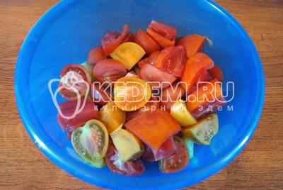 Маленькие помидорчики нарезать половинками, большие четвертинками и т.д. Сложить в глубокую миску