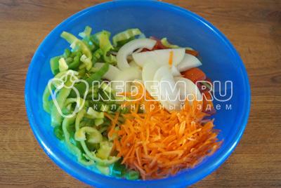 Добавить полукольцами лук, полосками  нарезанный перец и тертую морковь