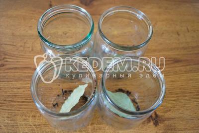 В банки 0,5 литровые добавить по лавровому листу, по 5 горошин черного перца,по 2-3 гвоздички