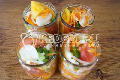 Разложить овощи по банкам. Добавить по 1/2 ч. ложки соли, 1/2 ч. ложки сахара и по 1 ч. ложки раститеного масла в каждую баночку поверх овощей. Залить в каждую баночку холодную воду до верха. Поставить вкастрюлю с холодной водой по плечики