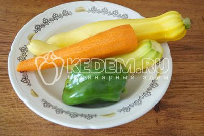 Перец, морковь и кабачки хорошо промыть. Морковь очистить, перец очистить от семян