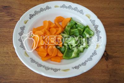 Морковь и перец нарезать кусочками