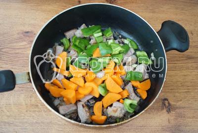 Добавить морковь и перец в сковороду и готовить 5-7 минут. До готовности мяса и моркови