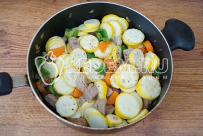 Добавить кабачки и готовить еще 3-5 минут. Добавить молотый перец и соль