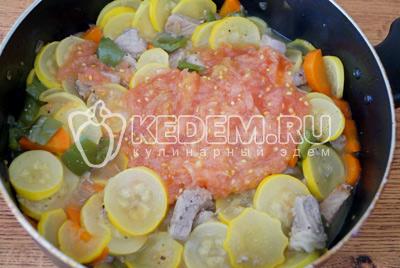 Добавит в сковороду протертые помидоры. Перемешать и готовить еще 2-3 минуты
