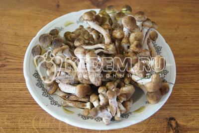 2 кг мелких опят очистить от лесного мусора, удалить червивые грибы.