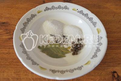 Приготовить для маринада 1 ст. ложку соли, 1 ст. ложку сахара, 2-3 лавровых листа, 2-3 шт. гвоздики (по вкусу), 5-7 горошин душистого горошка и 1 литр воды.