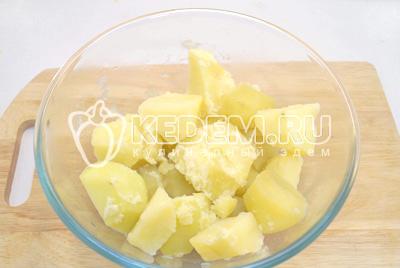 Картофель отварить до готовности. Слить воду.