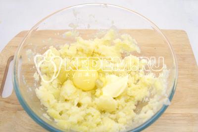 Размять картофель и добавить яйцо, сливочное масло и соль.