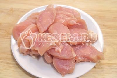 Куриное филе нарезать крупными ломтиками.