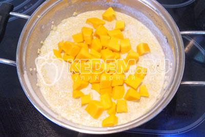 Посолить и добавить тыкву. Перемешать и добавить вторую половинку молока.