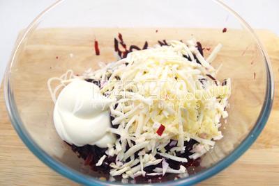 Добавить тертый сыр, прессованный чеснок и майонез.