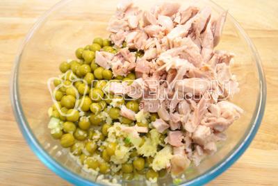 Добавить мелко нарезанное куриное мясо и прессованный чеснок. Заправить майонезом, посолить по вкусу.