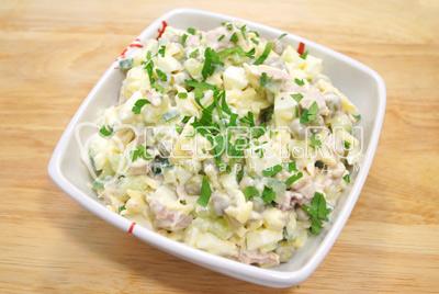 Выложить в салатник и посыпать мелко нашинкованной петрушкой.