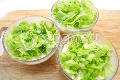 Слой нарезанных листьев салата.