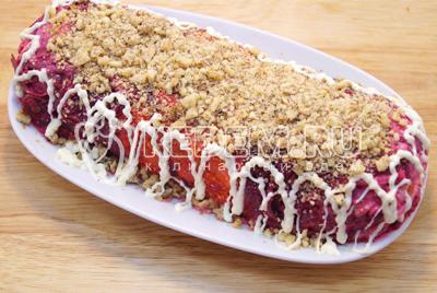 Перед подачей выложить на блюдо, украсить мелко нарубленным грецким орехом и майонезной сеткой.