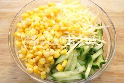 Добавить тертый сыр и консервированную кукурузу.