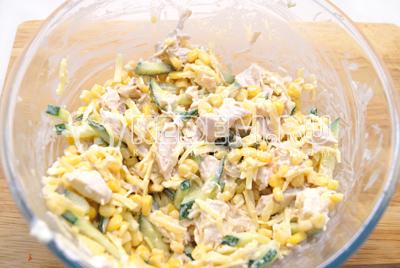 Остудить яичницу и нарезать соломкой. Салат заправить майонезом. Посолить по вкусу.Добавить нарезанную яичницу.