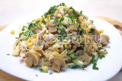 Выложить на блюдо и украсить половинками маринованных шампиньонов и мелко нарубленной зеленью петрушки. Немного остудить в холодильнике.