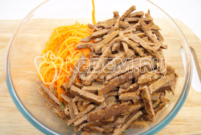 Добавить морковь по-корейски и нарезанные соломкой блинчики.
