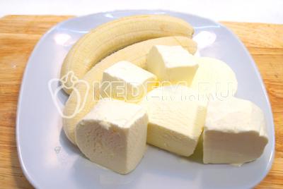 Бананы очистить, мороженое нарезать кубиками.