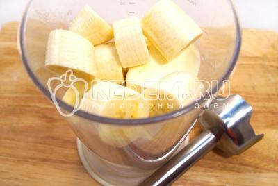 Сложить в чашу блендера и взбить мороженое с бананами.