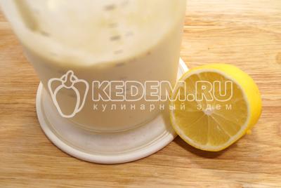 Добавить сок лимона и молоко.