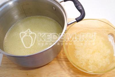 Бульон процедить, желатин развести в воде. Смешать набухший желатин и горячий бульон (500 мл.). Посолить по вкусу.