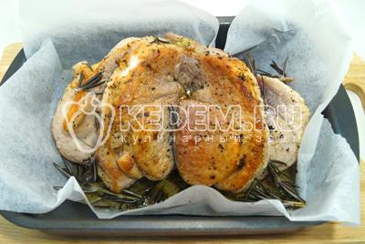 Переложить на противень или форму и добавить сухие веточки розмарина, масло из сковороды. Запекать в духовке 1 час при температуре 180 градусов С . Периодично поливая вытопившимся жиром.