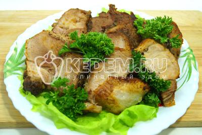 Выложить на блюдо с листьями салат и зеленью.