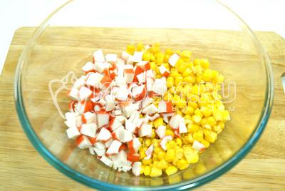 рецепт салата с листьями салата и крабовыми палочками