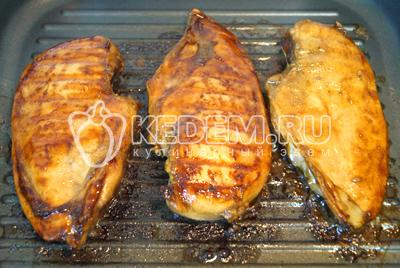 Обжаривать промаринованное филе на сковороде гриль без масла. Готовить с двух сторон по 5-7 минут, переворачивая.