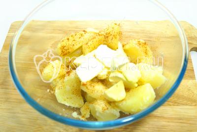 Выложить горячий картофель в миску, добавить паприку и масло. Хорошо размять в пюре.