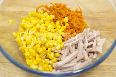 Добавить кукурузу, морковь по-корейски.