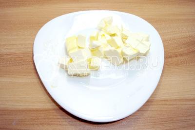 Масло порубить кубиками и оставить на столе при комнатной температуре на 30 минут.