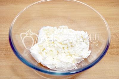Для начинки смешать в миске творог, яйцо и сахар по вкусу можно добавить ванилин или цедру цитрусовых.