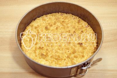 Выпекать в разогретой до 180 градусах С духовке , 25-30 минут. Готовый пирог остудить в форме.