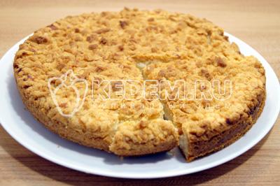 Песочный пирог с творогом готов. Выложить на блюдо и нарезать на кусочки.