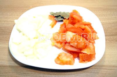 Лук и помидоры крупно нарезать, лавровый лист поломать.