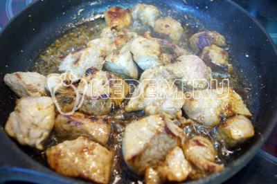 В сковороду с мясом добавить специи, соль и перец.